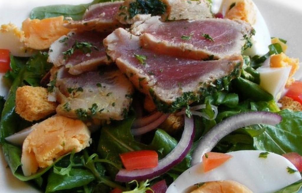 Tuńczyk grillowany z sałatą i jajkami