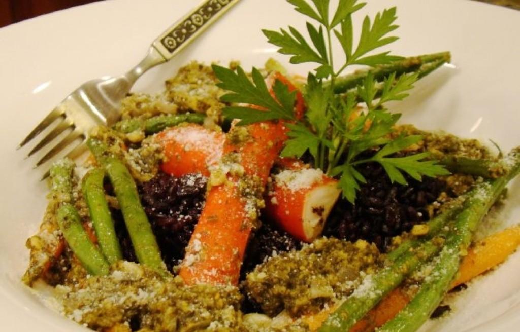 Czarny ryż w pesto z paluszkami surimi