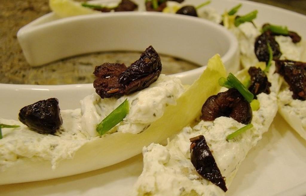 Cykoria z serem i daktylami