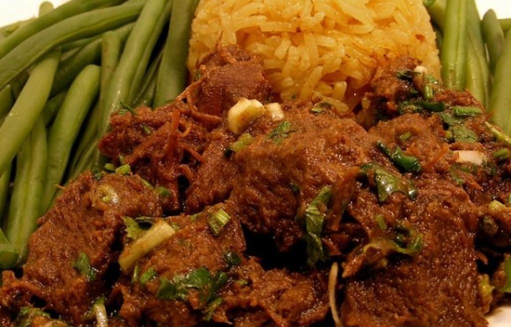 Wołowina z ryżem i fasolką w curry
