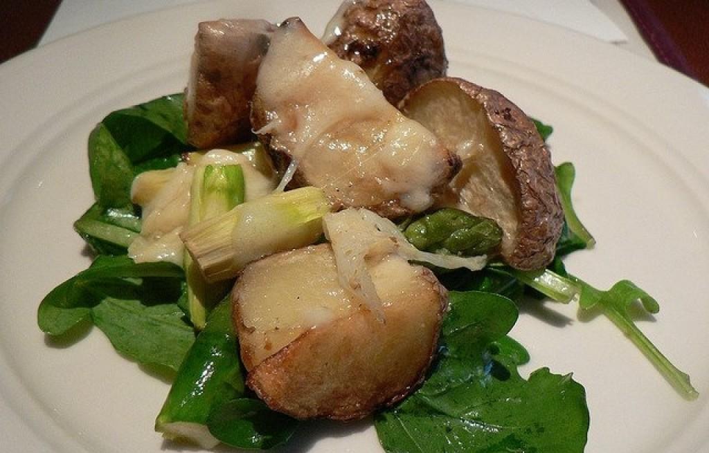 Ziemniaki pieczone ze szparagami, serem i rukolą