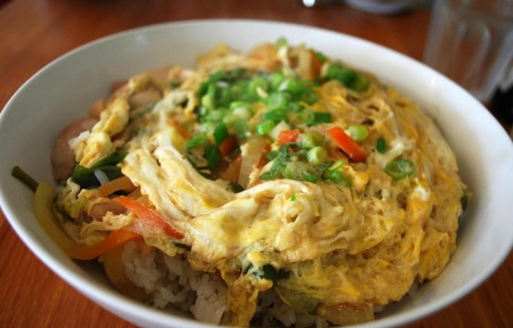 Jajecznica z ryżem i kurczakiem