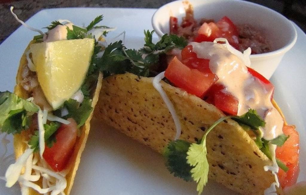 Tortilla z sałatką pomidorową