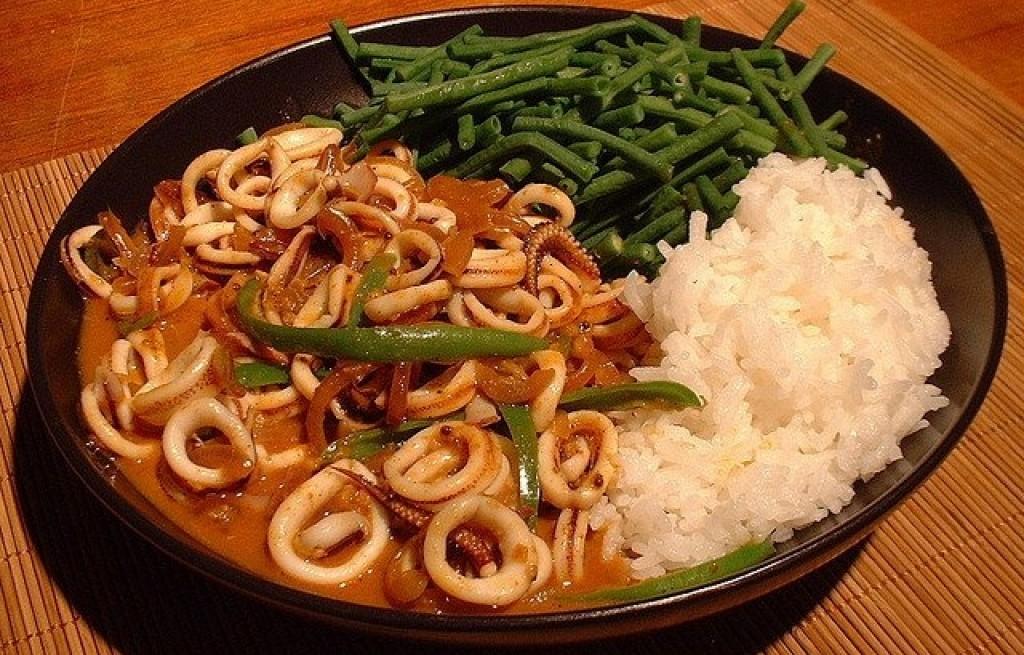 Kalmary z ryżem i fasolą w sosie pomidorowym