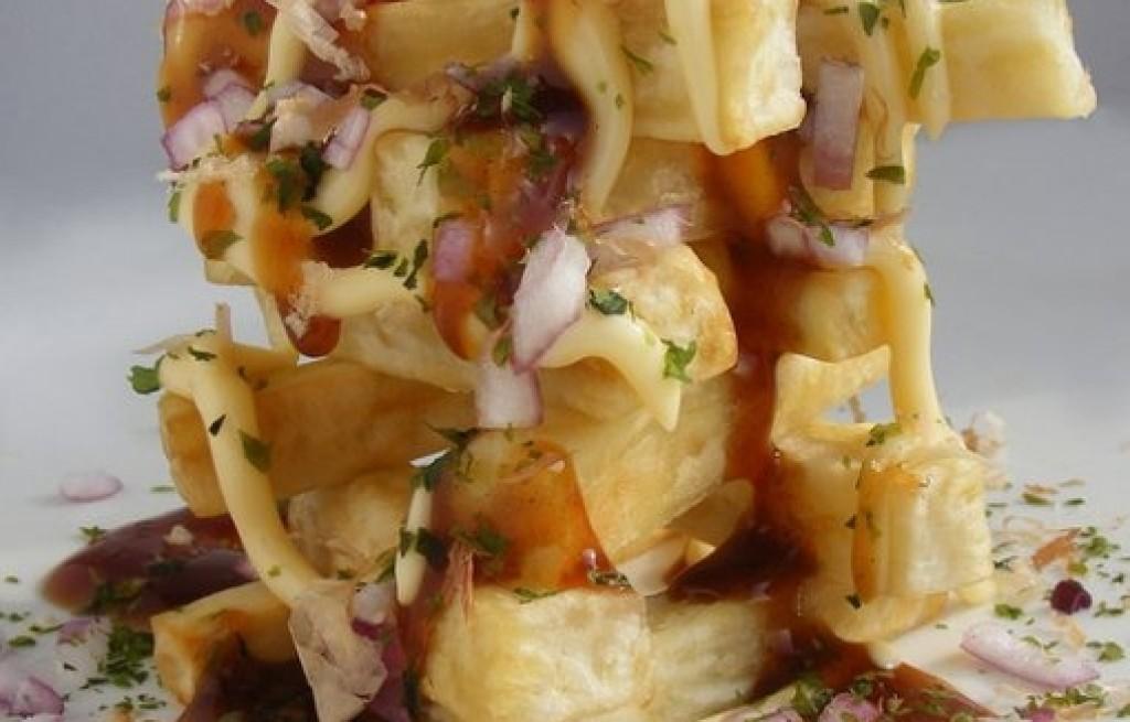 Frytki z majonezem i płatkami bonito