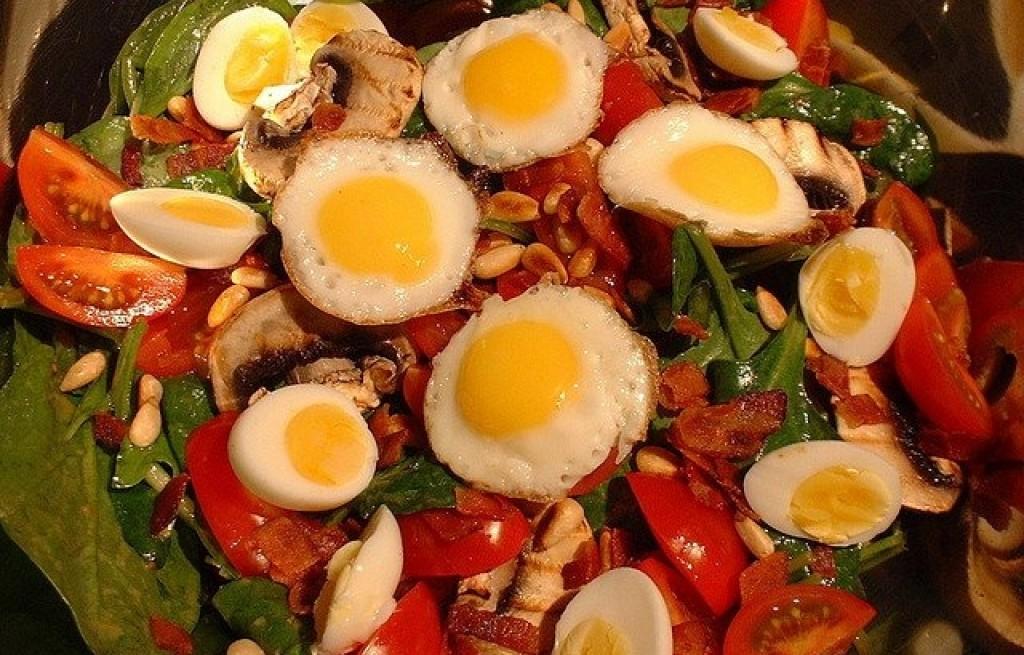 Sałatka ze szpinaku, jajek i boczku
