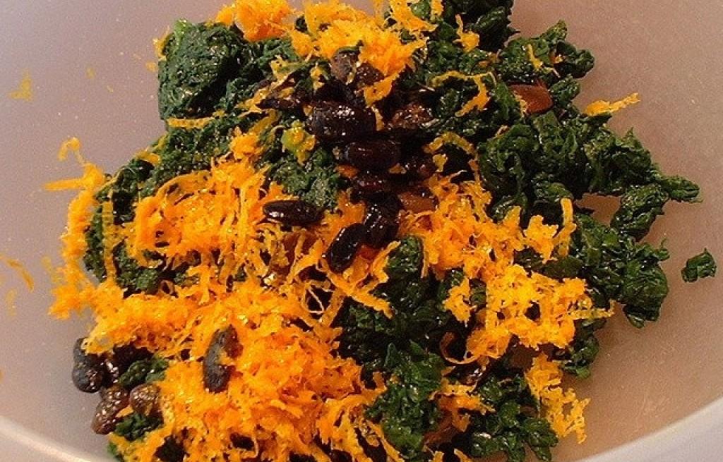 Szpinak z rodzynkami, fasolą i skórką pomarańczową