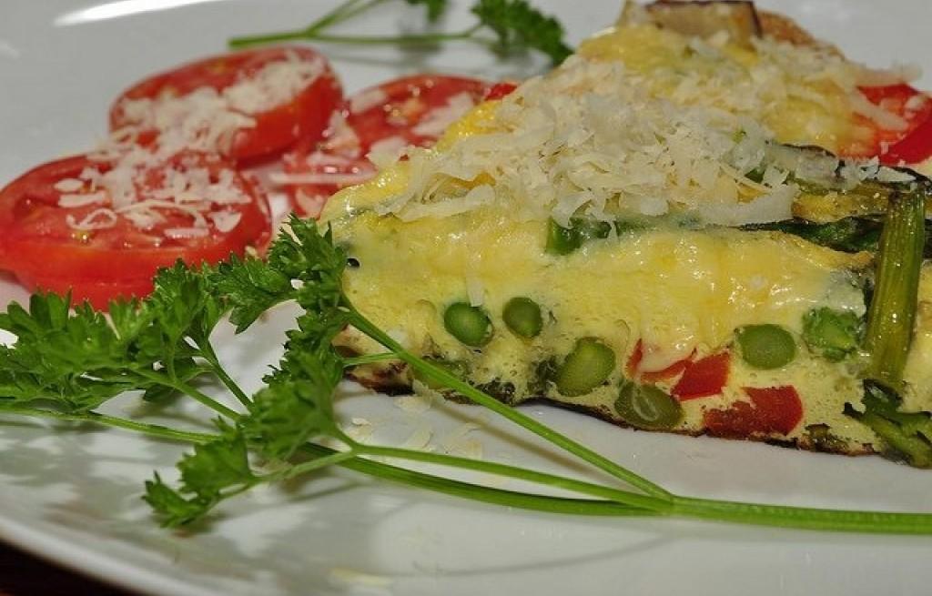 Omlet ze szparagami, pomidorami i papryką