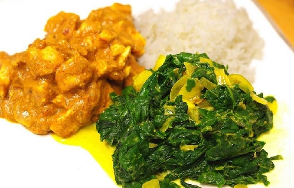 Kurczak z curry, migdałami ryżem i szpinakiem