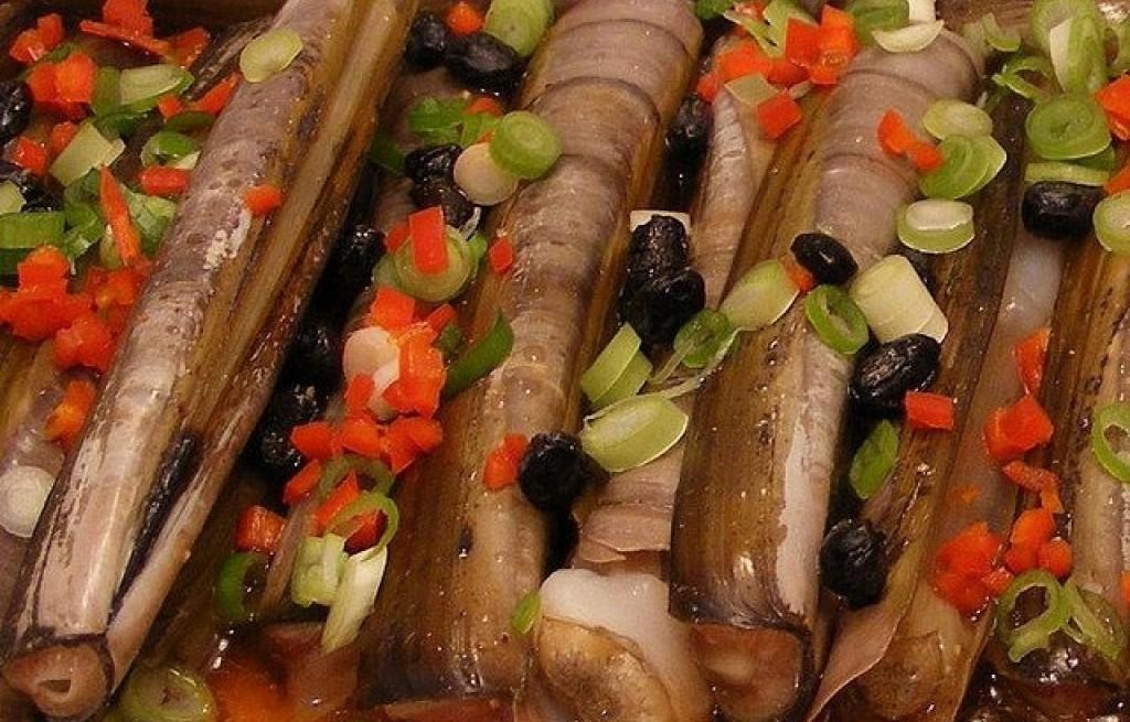 Małże razor z czarną fasola i chili