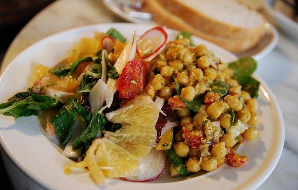 Sałatka z ciecierzycy, szpinaku i grejpfruta