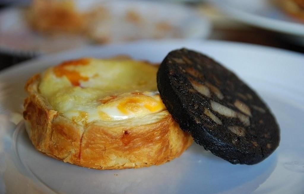 Ciasto z szynką, jajkami i kaszanką