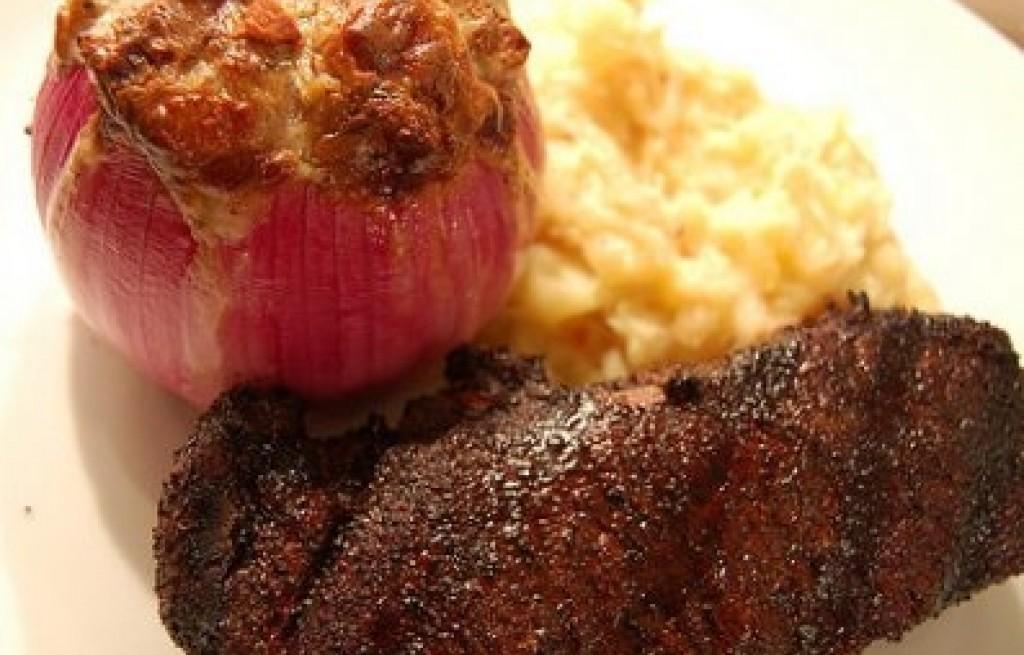 Cebula zapiekana z wołowiną, serem i ziemniakami