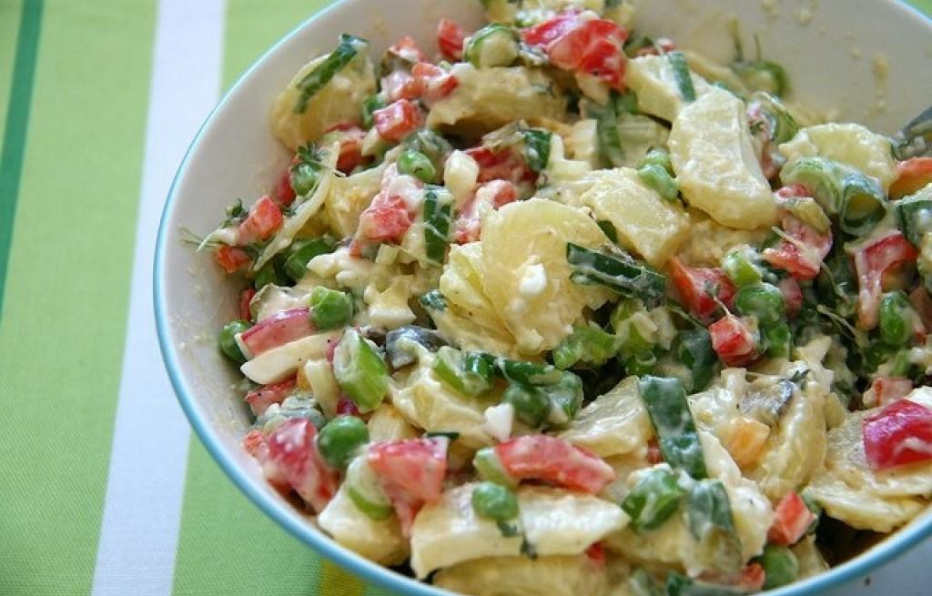 Sałatka z ziemniaków, papryki, groszku i majonezu