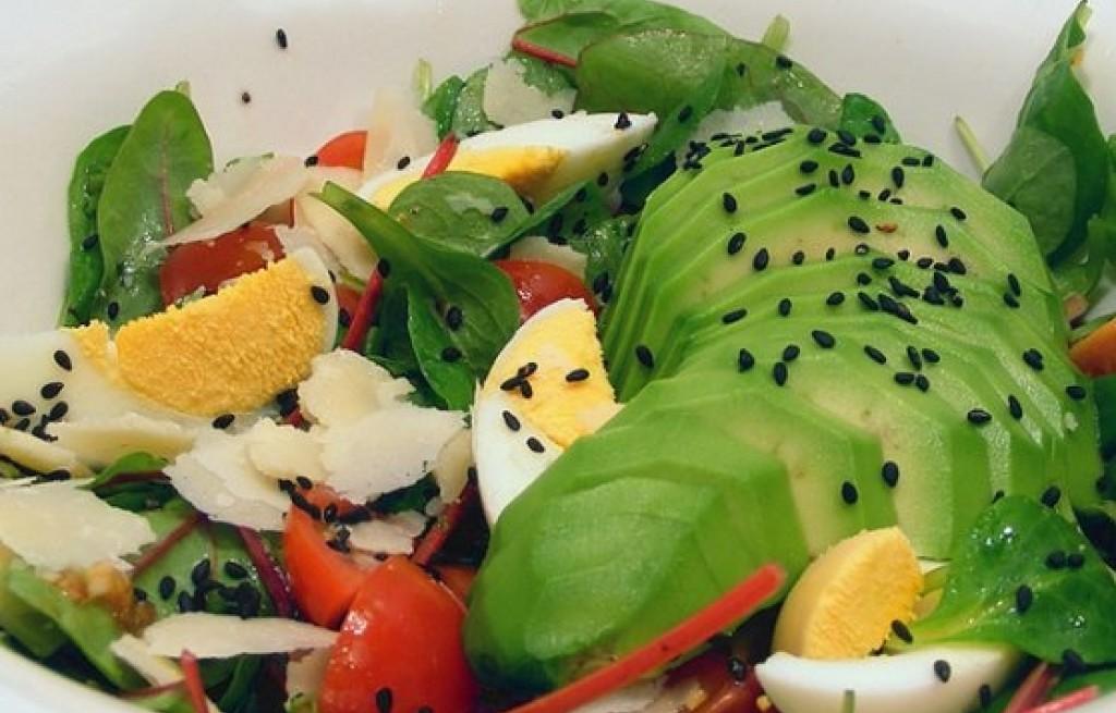 Sałatka z awokado, botwiny i jajek