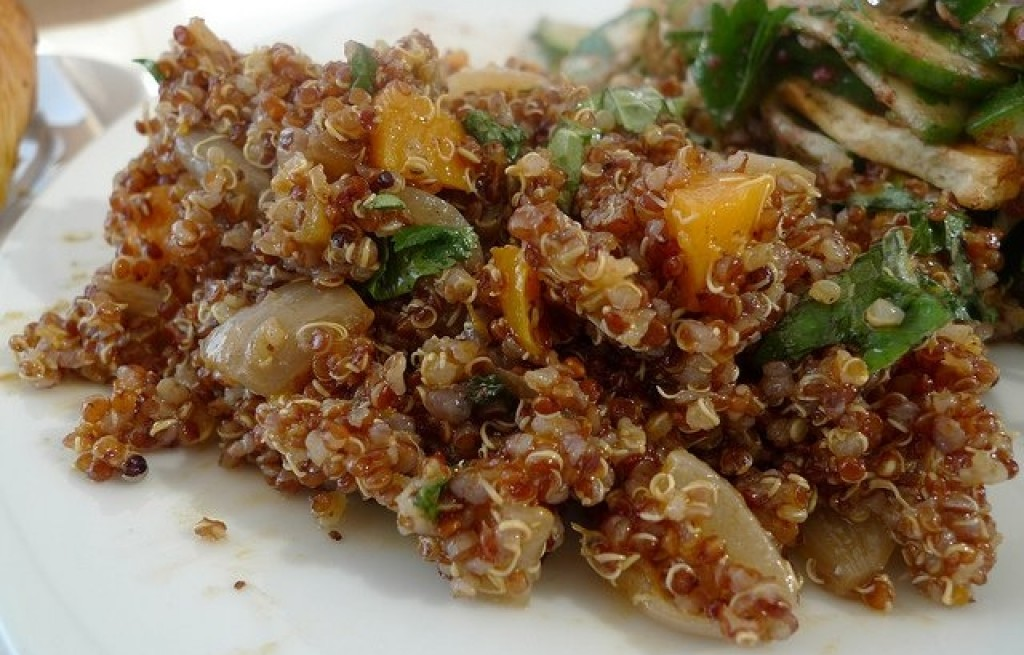 Sałatka z komosy ryżowej, mandarynek i cebuli