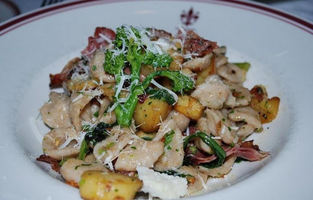 Orecchiette z brokułem, boczkiem i ziemniakami