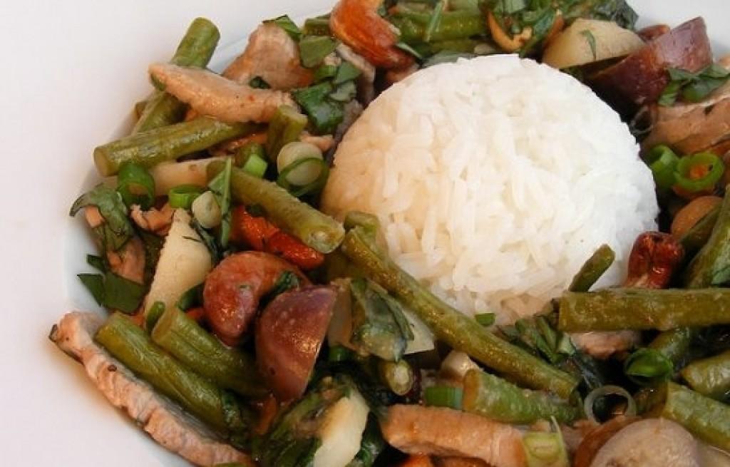 Ryż z warzywami, kiełbasą i polędwicą