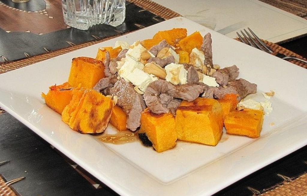 Dynia z wołowiną, orzechami i serem