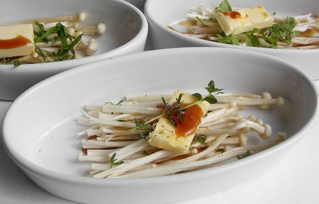 Grzyby enoki z parmezanem i sosem sojowym