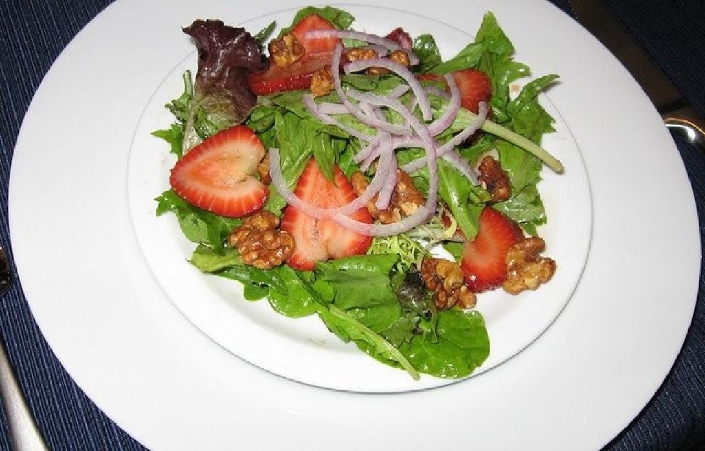 Sałatka z truskawkami i orzechami