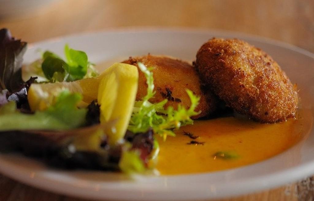 Kotlety ziemniaczane z ciecierzycą i sosem