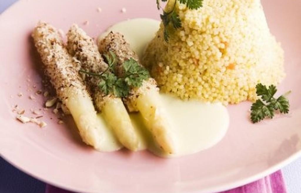 Szparagi z migdałami w sosie pietruszkowym