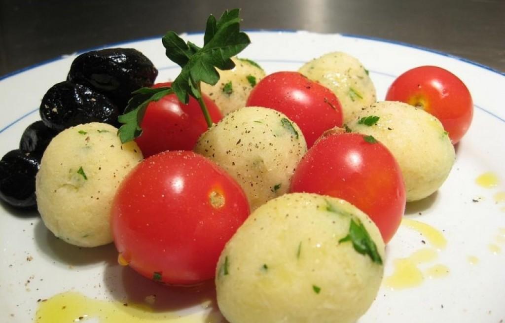 Kulki ziemniaczano-serowe z pomidorami
