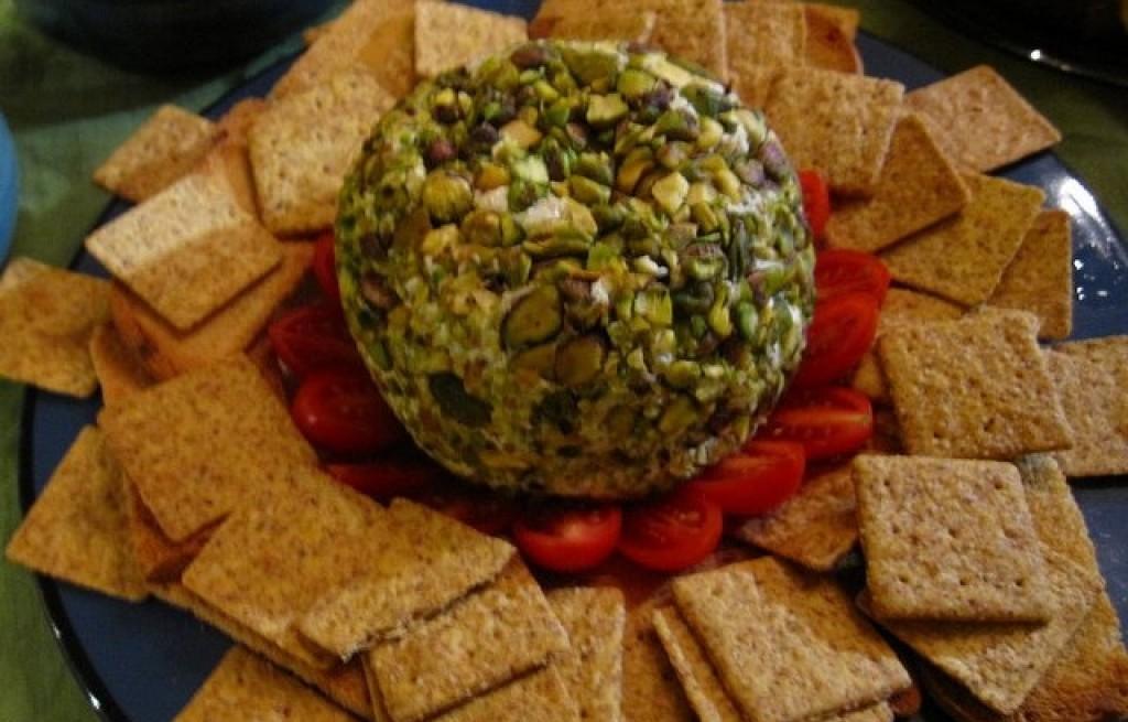 Kula serowa z pistacjami i krakersami