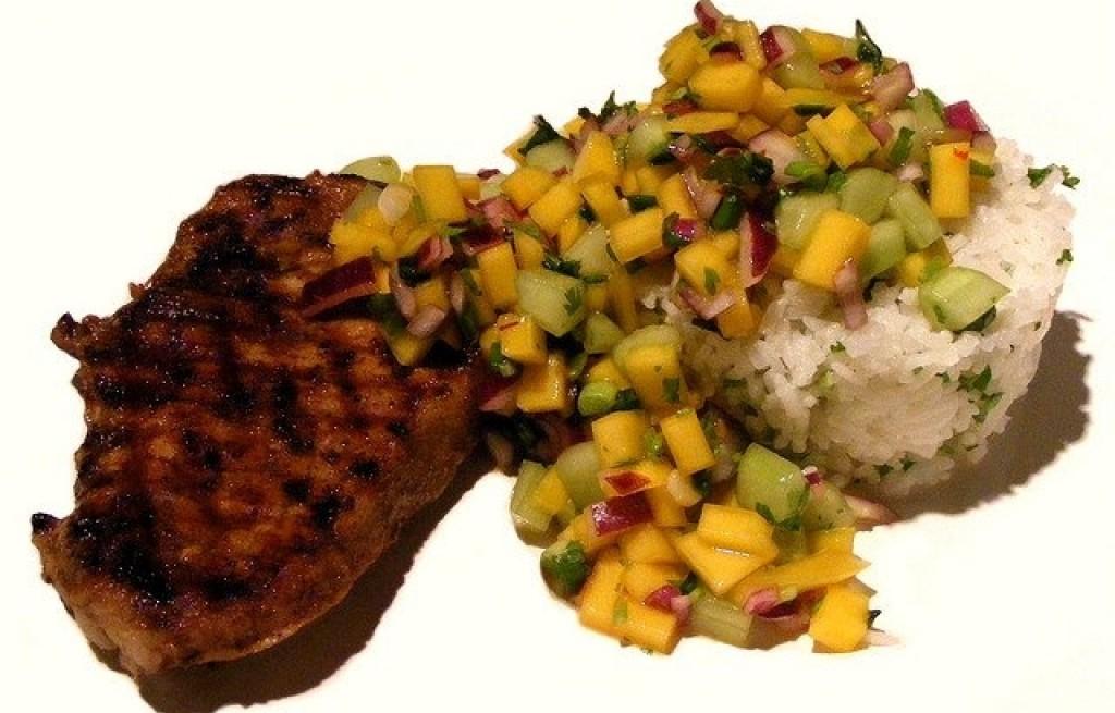 Polędwica wieprzowa z mango, ogórkiem i ryżem