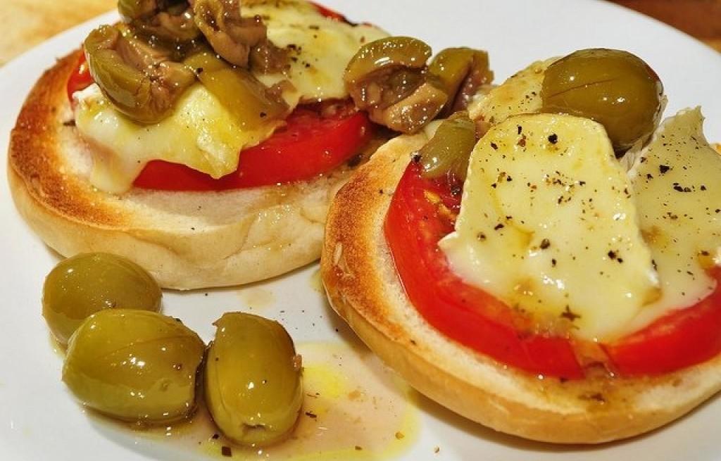 Grzanki z oliwkami i serem