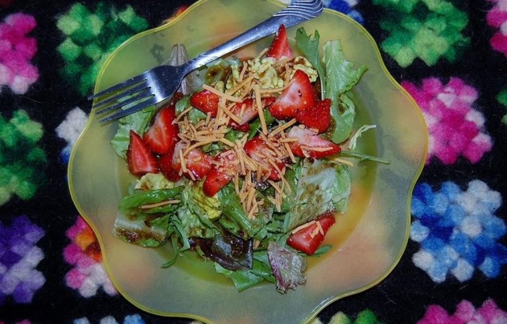 Sałatka z truskawek sałaty i sera
