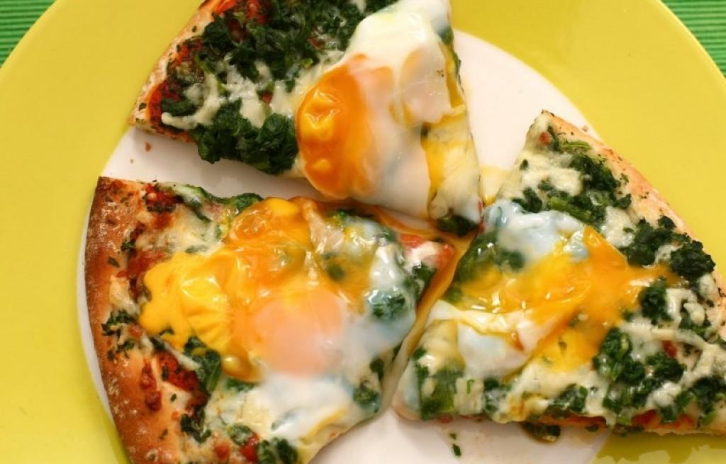 Pizza z jajkami i szpinakiem