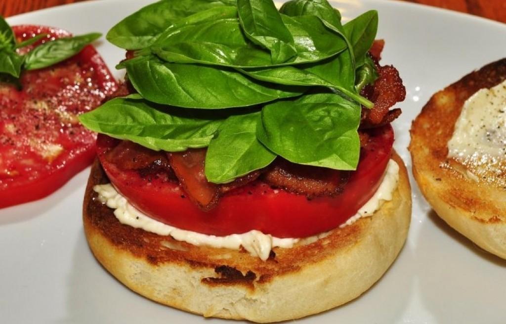 Grzanki z serem i suszonymi pomidorami