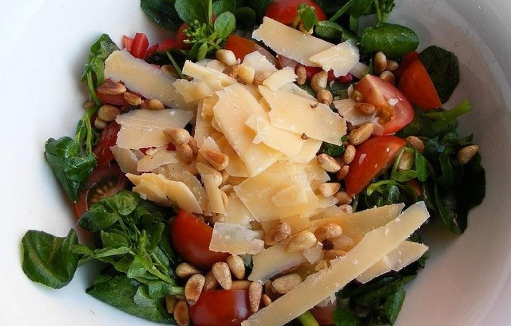 Sałatka ze szpinakiem, serem i pomidorami
