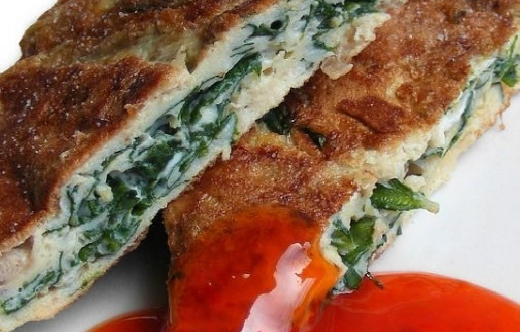 Omlet z boczkiem i liśćmi chryzantem
