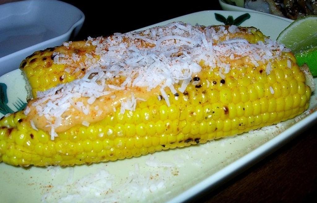 Kukurydza z majonezem i wiórkami kokosowymi
