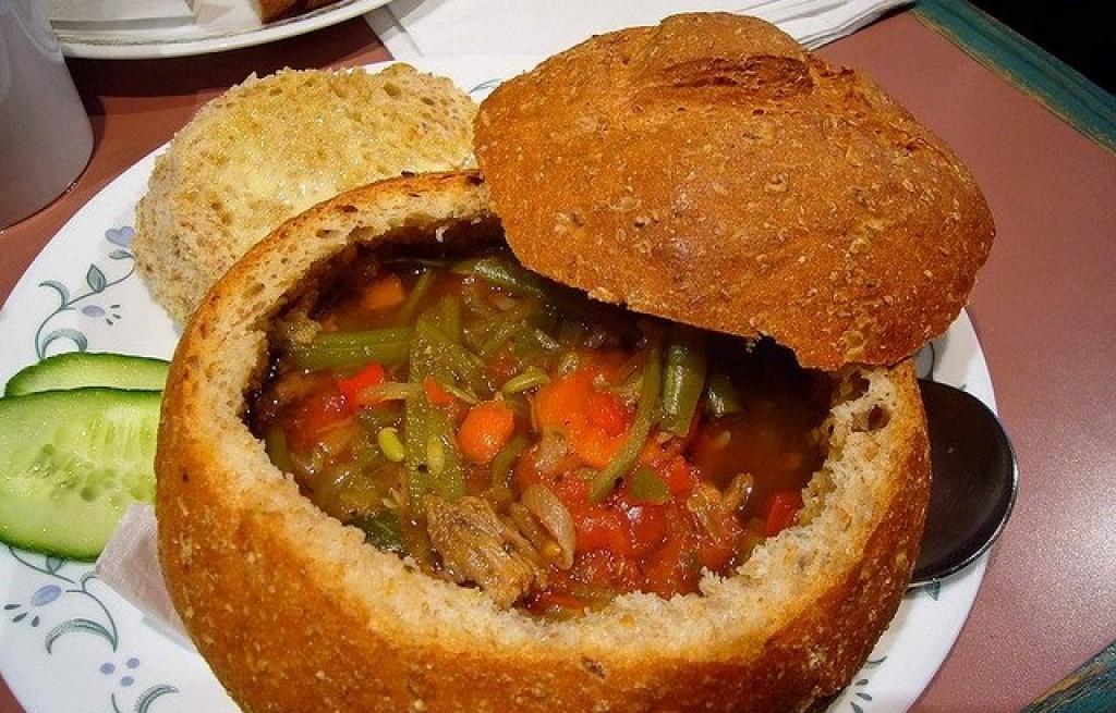 Zupa z wołowiny i warzyw w chlebie
