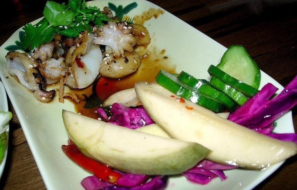 Mątwa w sosie sojowym z warzywami i gruszkami