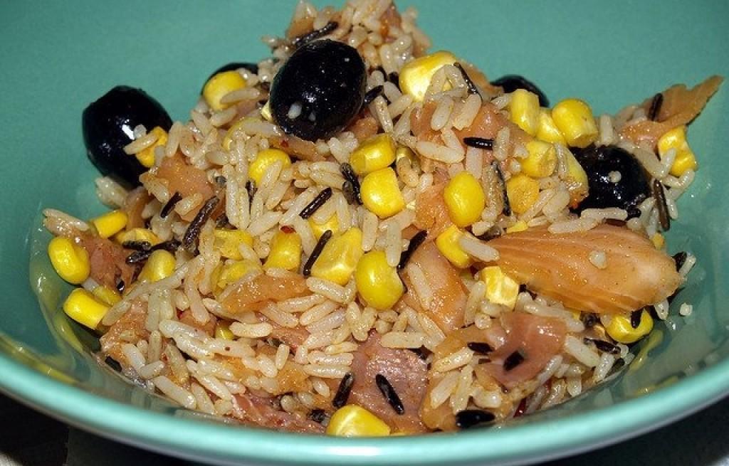 Łosoś z ryżem, oliwkami i kukurydzą