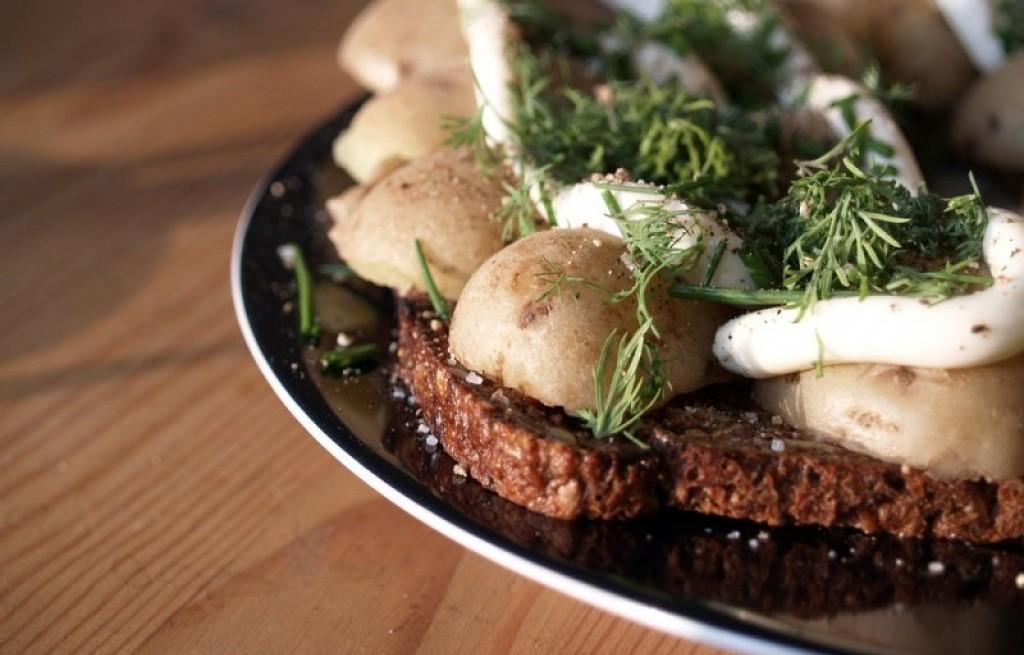 Chleb razowy z ziemniakami i majonezem