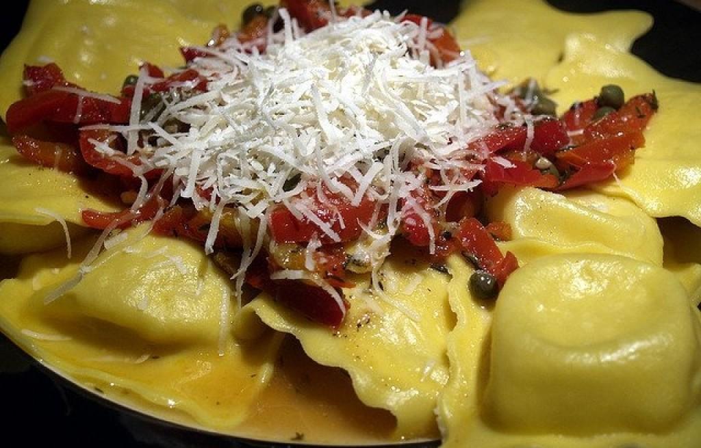 Ravioli z łososiem, pomidorami i parmezanem
