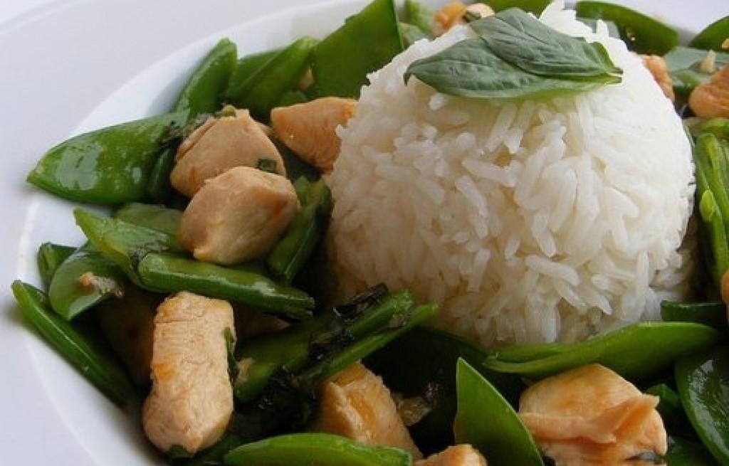 Kurczak z ryżem, bazylią i groszkiem