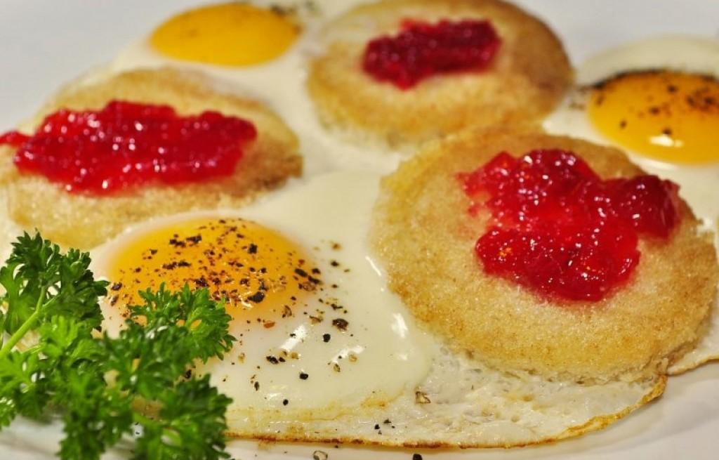 Tosty z jajkiem i dżemem
