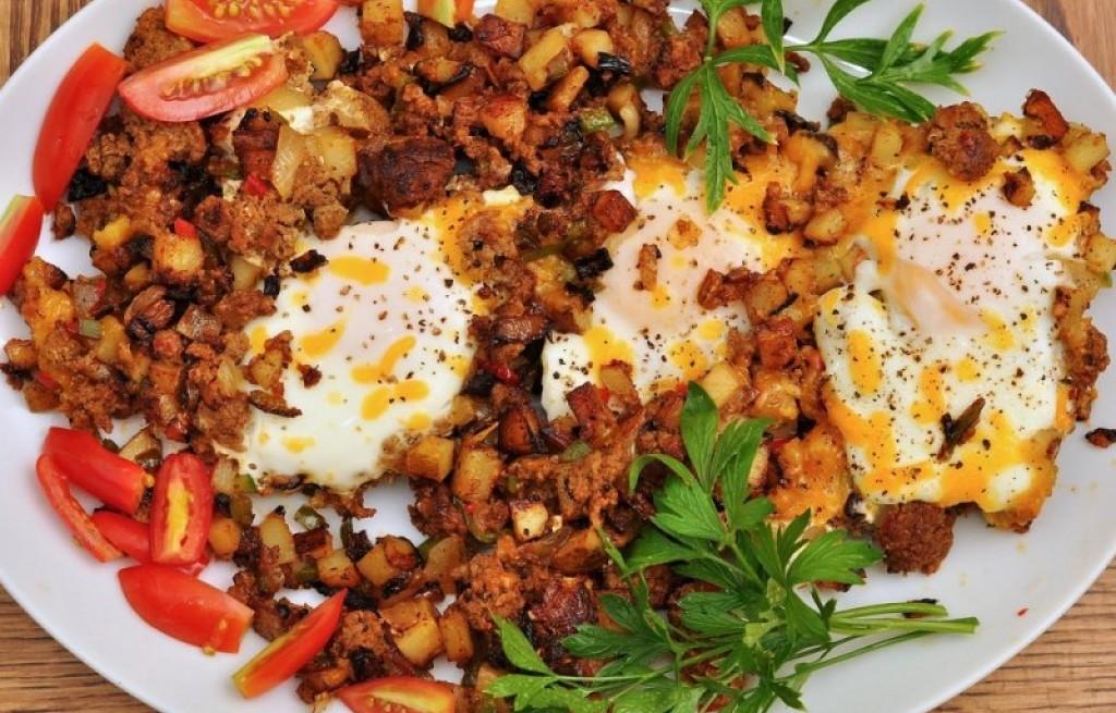 Ziemniaki z kiełbasą i jajkami