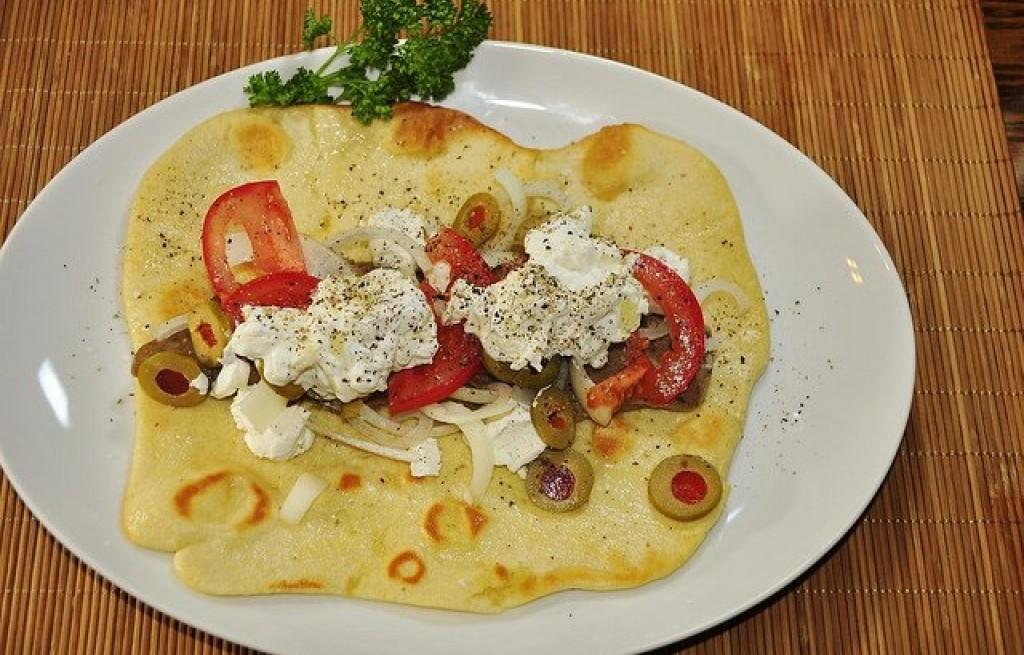 Pita z kozim serem, pomidorem i oliwkami