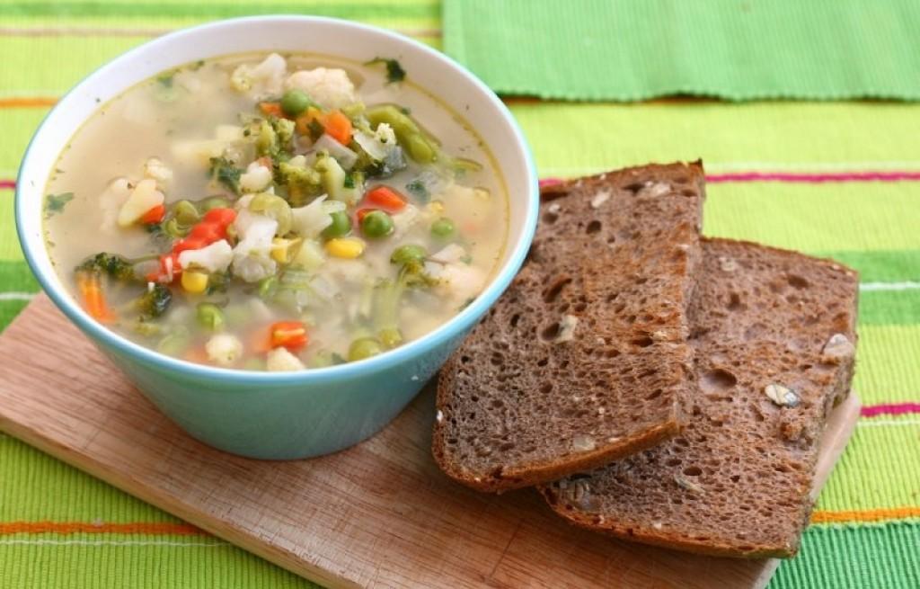 Zupa jarzynowa z chlebem razowym