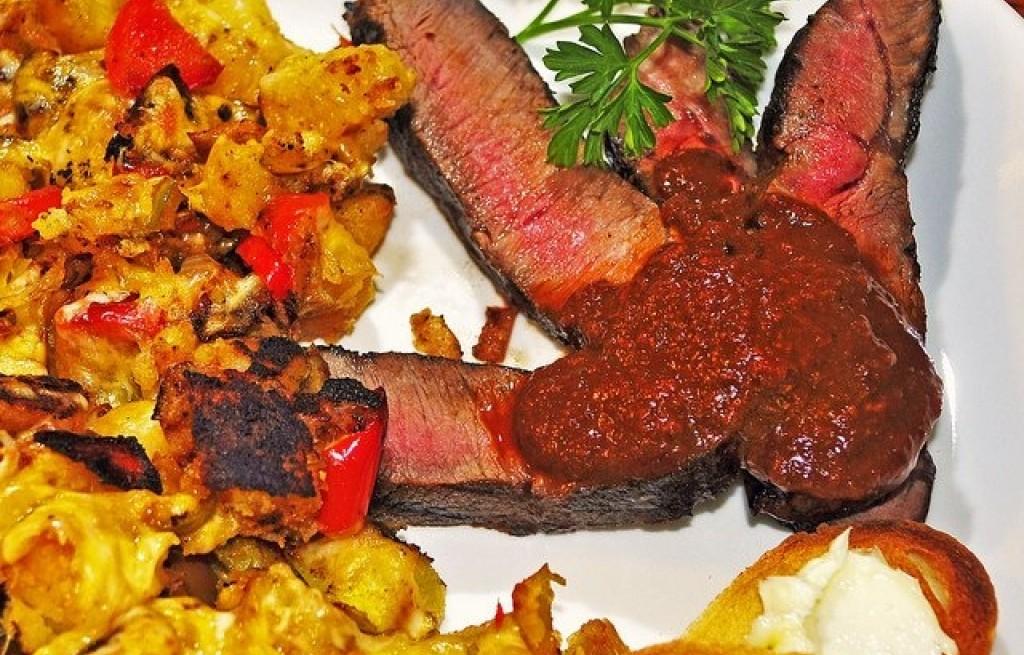 Stek wołowy z ziemniakami i sosem anchois