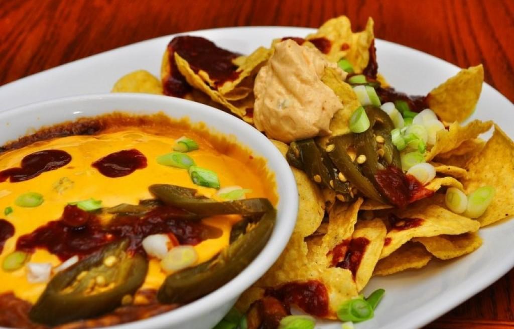 Nachos z sosem serowym i papryką