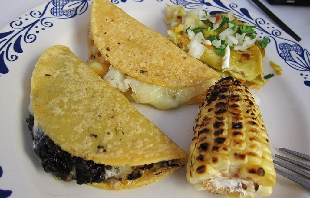 Tortilla z ziemniakami, kalafiorem i kukurydzą